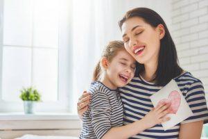 7 Manfaat Memberikan Pelukan Pada Anak